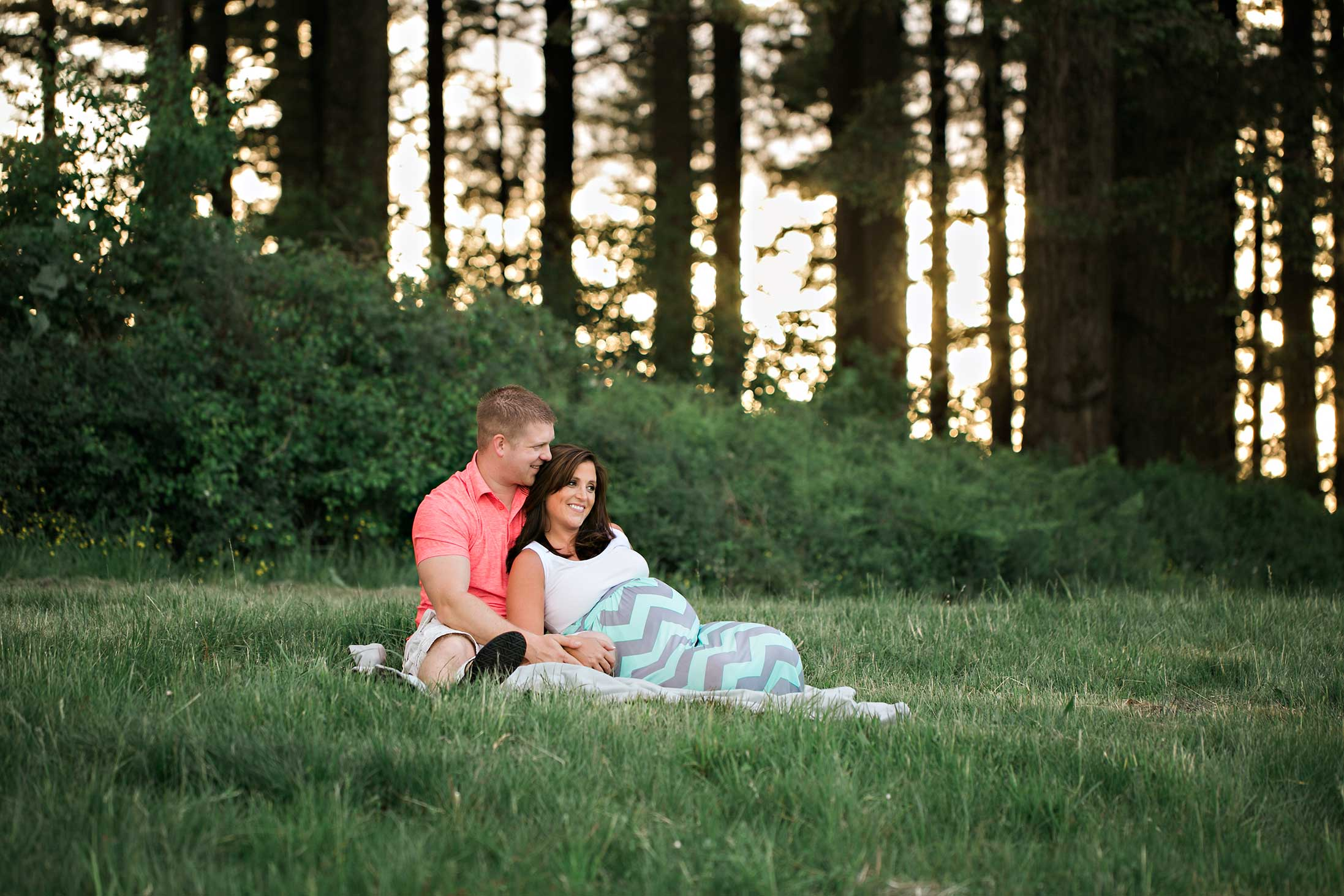 grassy-park-maternity-cuddles-forest-sunshine-pregnancy